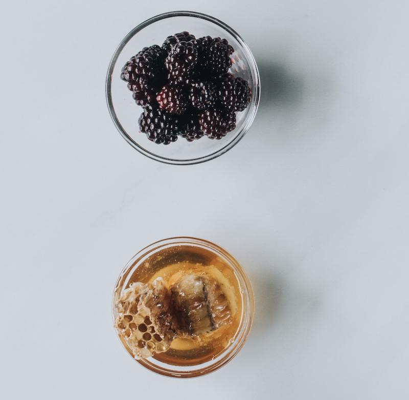 Prirodni namaz od meda i šumske kupine